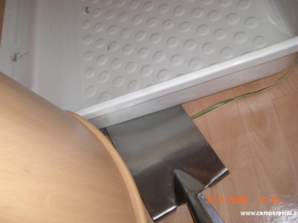 vorsichtig untergeschoben und gehebelt geht doch - Wohnmobil Dusche Ausbauen
